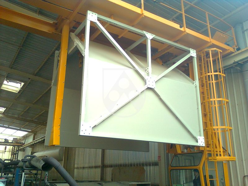 Mit einer Dichte von 0,65 g/cm³ ist Foamlite® P deutlich leichter als eine Platte aus kompaktem PP (0,915 g/cm³). Mit seiner chemischen Beständigkeit und mechanischen Stabilität ist der Leichtbauwerkstoff speziell auf den Einsatz im chemischen Behäl
