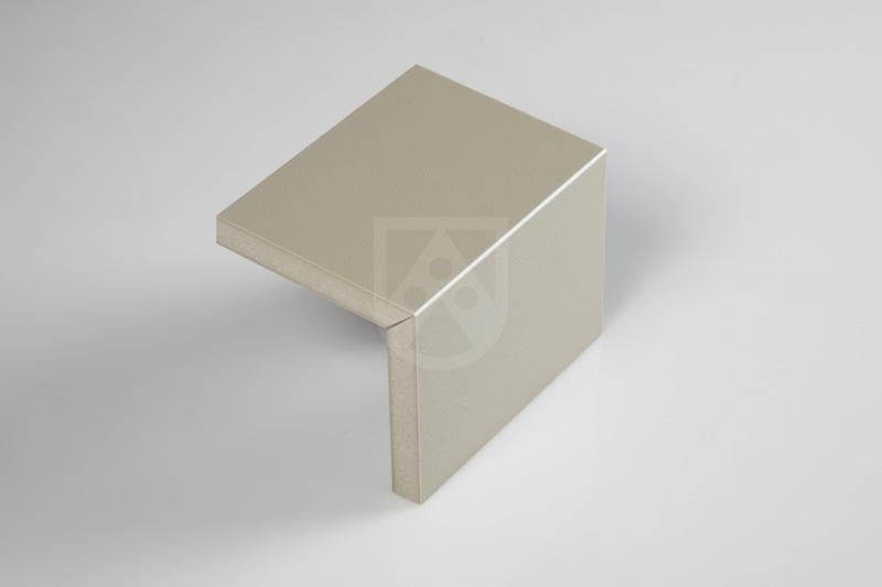"""Mehr als 40.000 Mal ohne Bruch geknickt: Foamlite® P verfügt über ein """"eingebautes"""" Scharnier, das Einfräsen einer einfachen 90 Grad V-Kerbe genügt"""