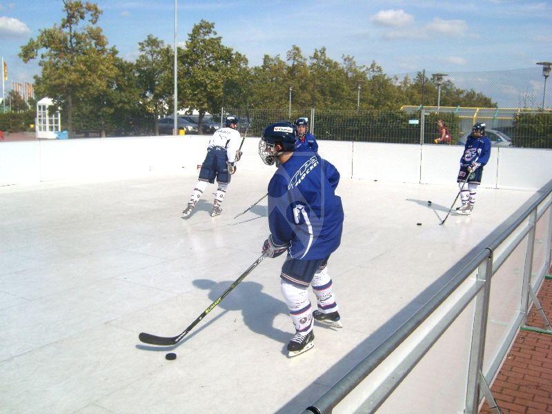 Kunststoff-Eisbahn aus Polystone® polar x: Professionelle Eisläufer bestätigen das hervorragende Gleitverhalten